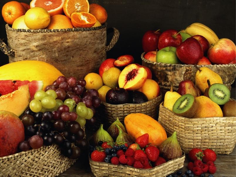 Употребляйте в пищу продукты, которые содержат полезные витамины и микроэлементы. Отлично подойдут фрукты.