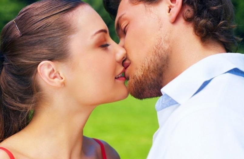 Девушке при первом поцелуе необходимо расслабиться и полностью отдаться чувствам.