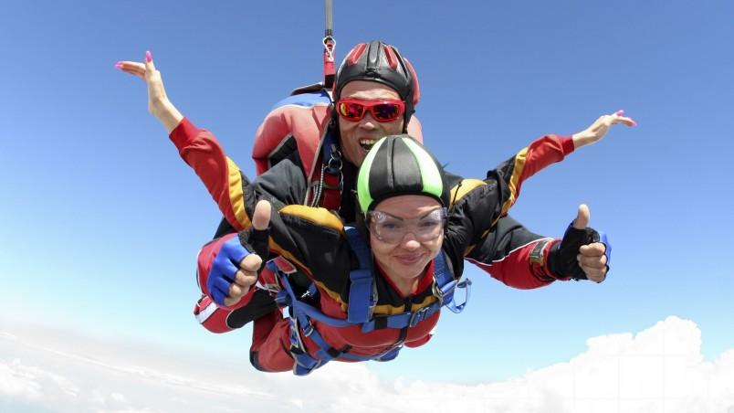 Если ваш мужчина любит экстрим, отличным подарком станет прыжок с парашютом.