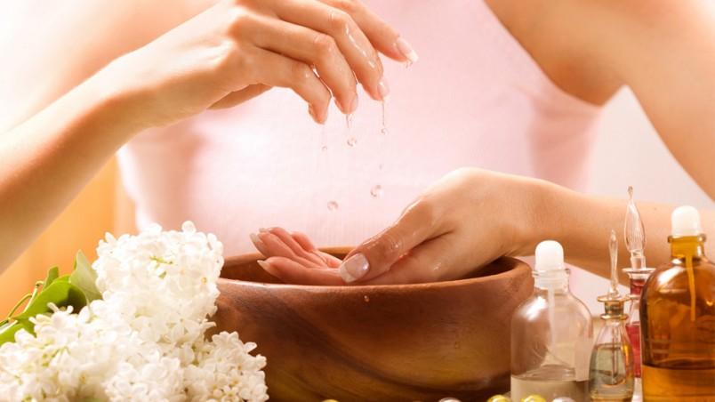 Ванночки с маслами, не только укрепят ваши ногти, но и мягчат кутикулу вокруг ногтевой пластины.