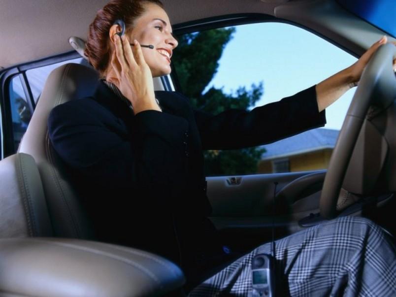 Для девушек водителей рекомендуются прически с собранными волосами.