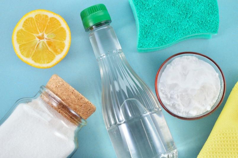 Для устранения неприятных ароматов в холодильнике, используйте уксус или лимонный сок.