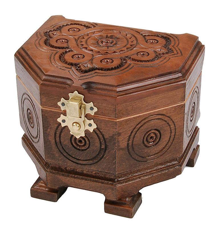 Отличным подарком супруге на деревянную свадьбу, станет резная шкатулка ручной работы.