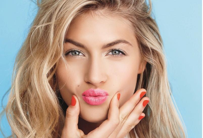 Розовые, персиковые и коралловые оттенки подойдут обладательницам светлых волос.