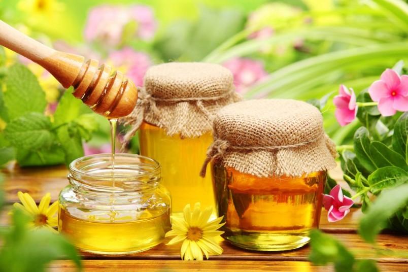Мед тонизирует, смягчает и разглаживает кожу, добавьте пару капель в вашу маску, и эффект лифтинга вам обеспечен.