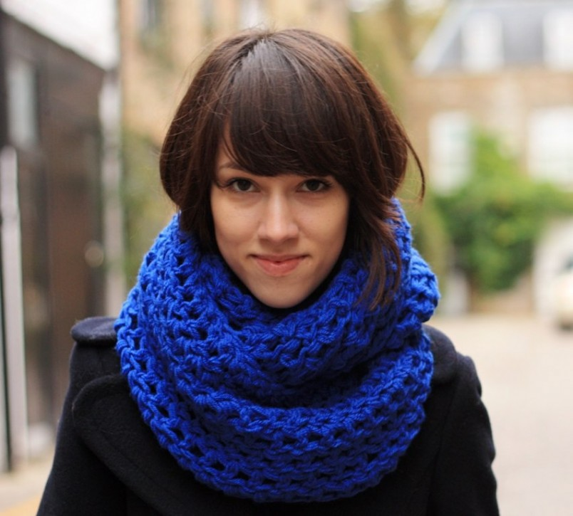 Широкий шарф подойдет для холодной осенней или зимней погоды.