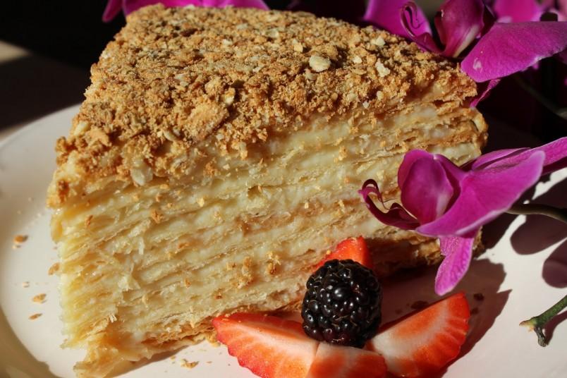 Если добавить в крем дробленные орехи, то вкус торта станет более насыщенным и изысканным.