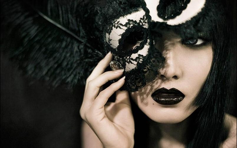 Украсьте маску перьями и стразами - это придаст загадочности и красоты вашему образу.