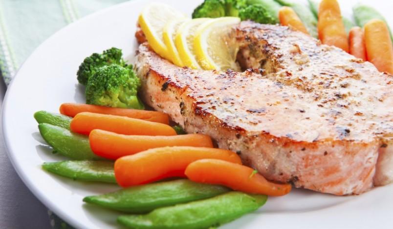 Рыба приготовленная на гриле отлично подойдет для ужина. Она полна полезными белками, которые утоляют чувство голода надолго.