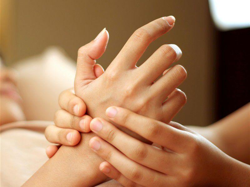 Если у вас немеют кисти рук, это значит что произошло ущемление нерва.