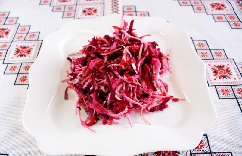 Для тех кто следит за фигурой, отлично подойдет салат из свеклы и квашенной капусты. Он не только вкусный и низкокалорийный, но и полезный.