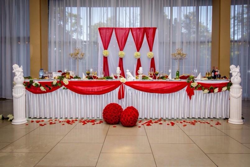 Красно-белый банкетный зал добавит особой  романтичности и торжественности празднику.