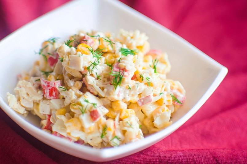 Крабовый салат с ананасами станет отличным украшением новогоднего праздничного стола.