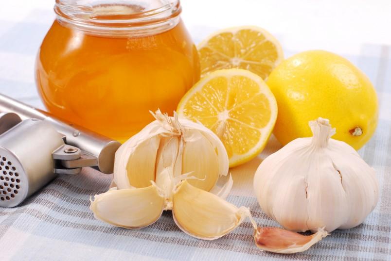 Мед, лимон и чеснок отлично справляются с вирусами и вредными микроорганизмами.