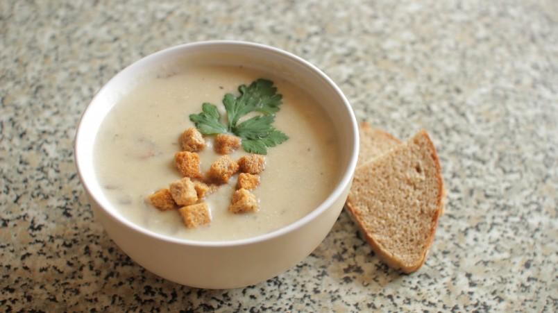 Для того чтобы крем суп получился нужной консистенции, его необходимо хорошо сбить блендером.