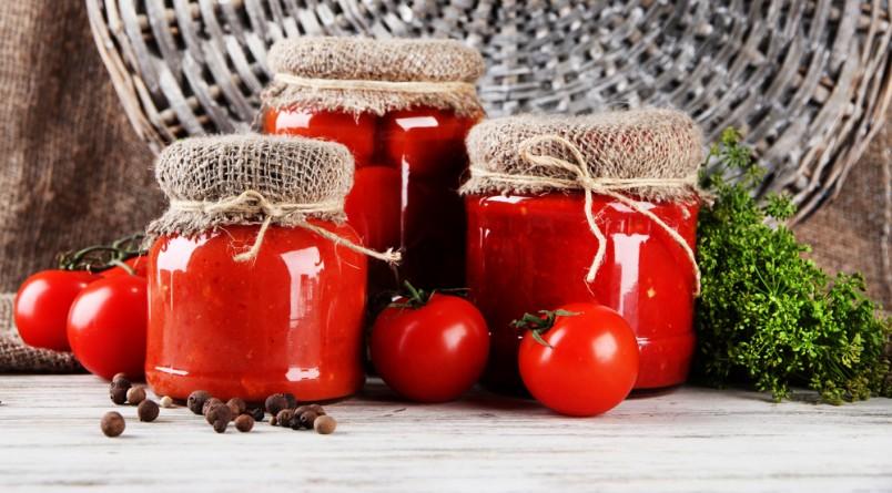 Для любителей более нежного и сладкого вкуса аджики, существует рецепт с яблоками.