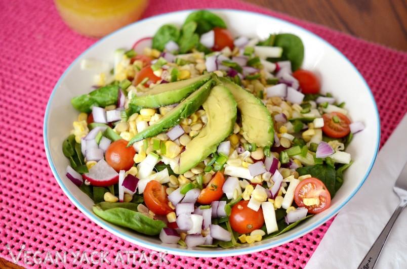 Овощной салат и отварная куриная грудка, отлично подойдет для вечернего приёма пищи.