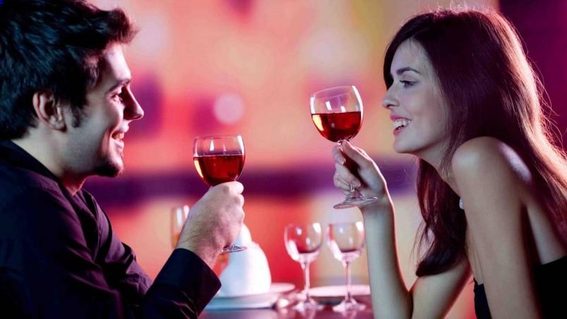В том случае если вы не умеете готовить, но мечтаете устроить романтический ужин, закажите еду в ресторане.