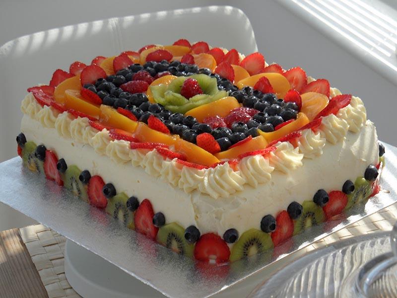 Фрукты могут быть не только полезными но и красивыми, особенно если их использовать как украшение для праздничного торта.