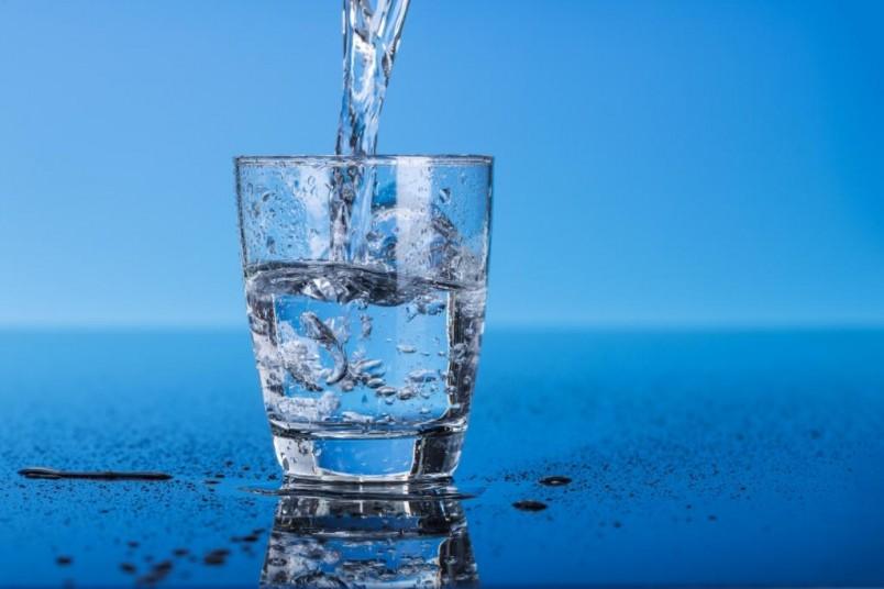 При сухом кашле рекомендуется пить больше теплой воды.