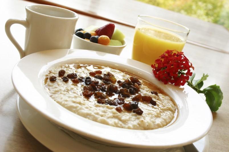 Заведите себе привычку на завтрак кушать каши. Они содержат много железа, клетчатки и полезных витаминов.