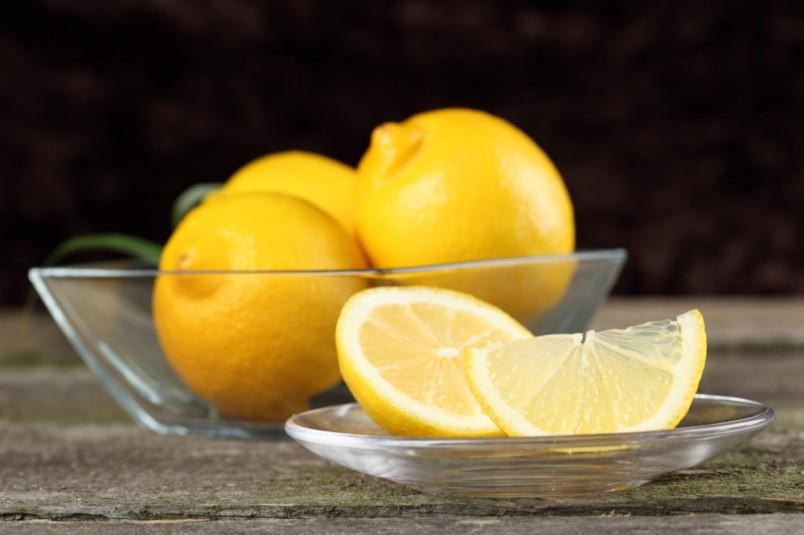 Втирайте лимон в ногти три раза в неделю, и вы заметите как ваша ногтевая пластина станет крепче и белее.