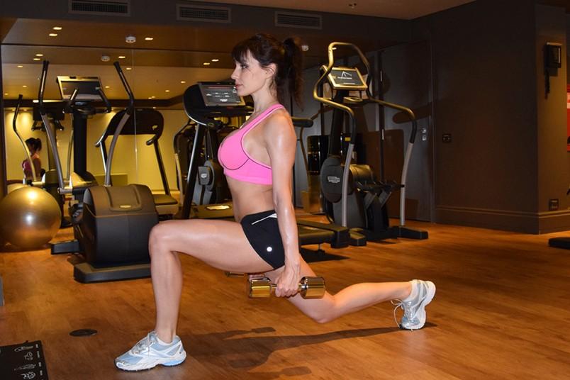 Выпады с гантелями прокачают ягодичные мышцы и мышцы ног.