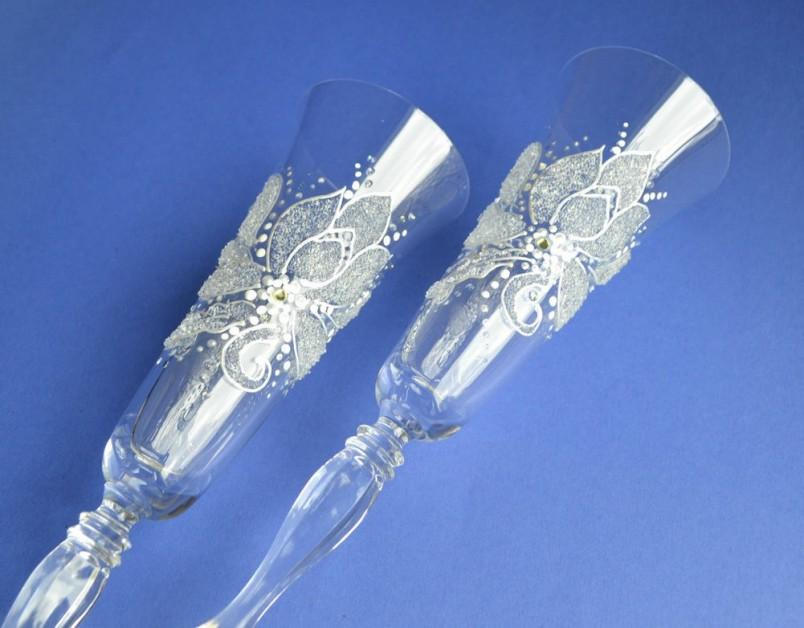 На хрустальную свадьбу принято дарить изделия из стекла и хрусталя. Супругам принято обмениваться красивыми бокалами, особенно если они ручной работы и с гравюрой.