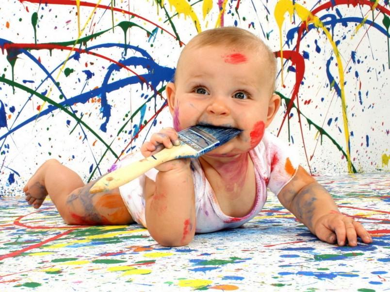 Краски для своего малыша можно приготовить и самостоятельно, смешав йогурт и обыкновенный пищевой краситель. Такую краску можно даже кушать, так что не нужно переживать за ребенка.