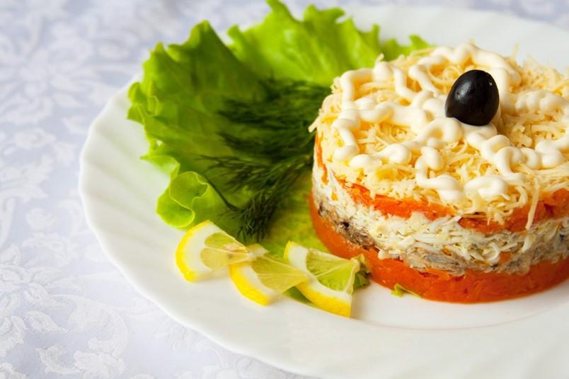 Посуда для салата может быть разной. Используя обыкновенное блюдо, вы подчеркнете все цвета и достоинства салата мимозы.