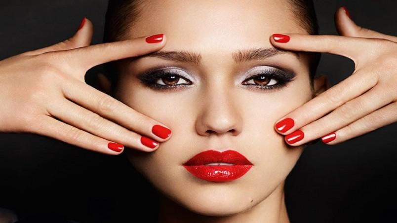 Глянцевая помада добавляет пышность и объем вашим губам.