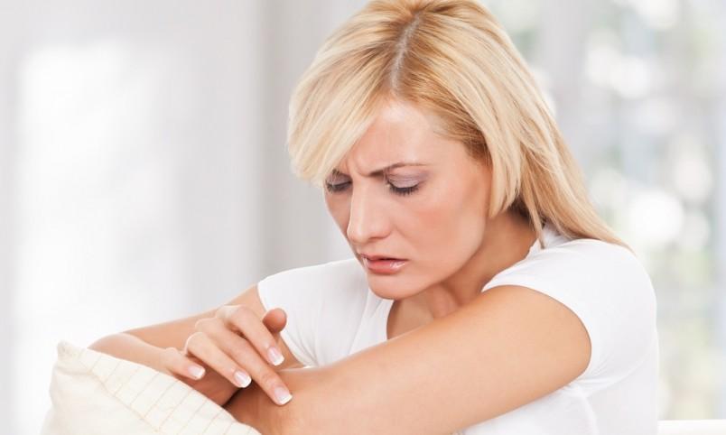 Первые симптомы появления фурункула незначительны, появляется небольшой зуд и небольшое красное пятнышко.