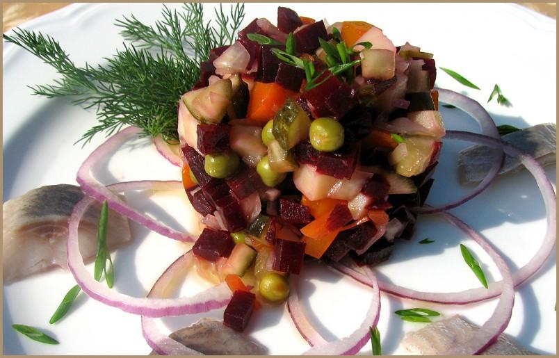 Красиво оформленный винегрет, станет отличным украшением праздничного стола.
