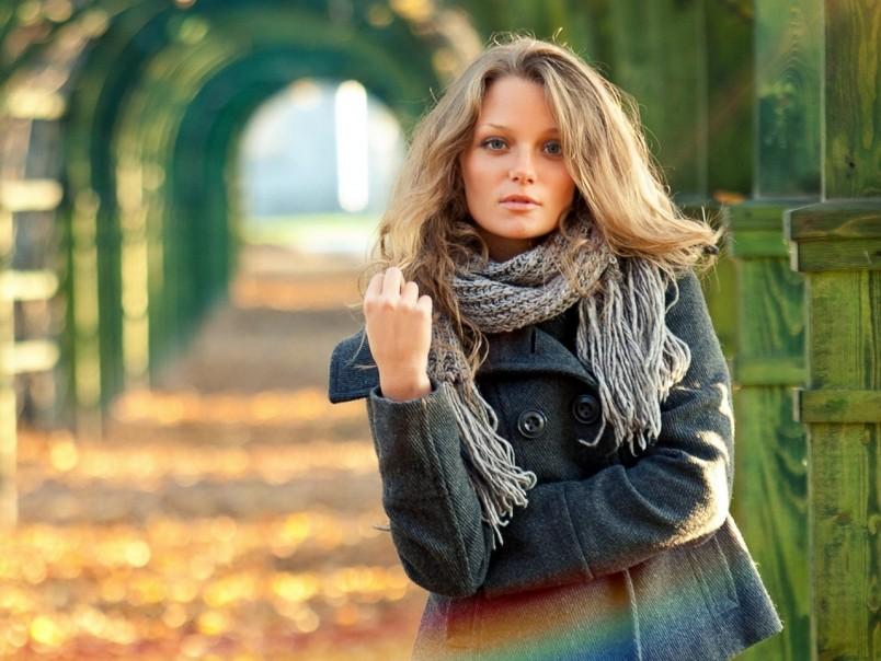 Широкий вязаный шарф хорошо гармонирует с пальто, курткой и даже шубой.