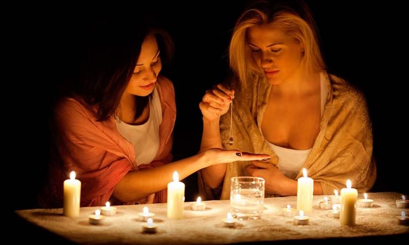 Для гадания на суженного-ряженного вам понадобится вода, свечи и кольцо.