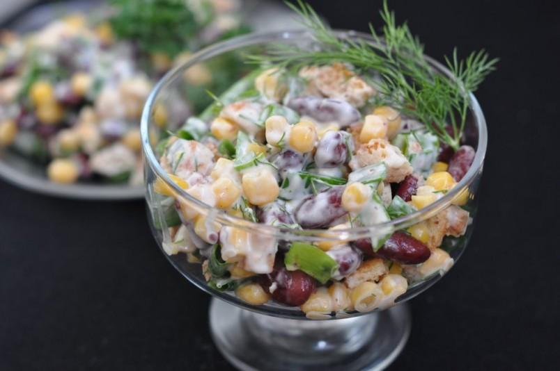 Салат из красной фасоли, сухариков и ветчиной станет отличным украшением новогоднего стола.