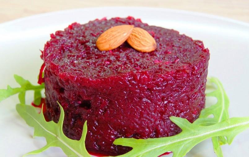 В салат из варенной свеклы можно добавить любой ингредиент, от этого его вкус раскроется и станет сочным и изысканным.