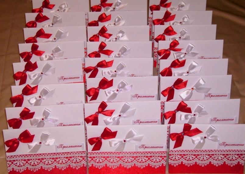 Пригласительные  на красную свадьбу можно оформить в красно-белых тонах.