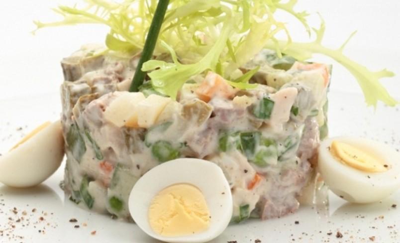 Рецепт салата оливье достаточно прост, его сможет осилить каждая хозяйка.