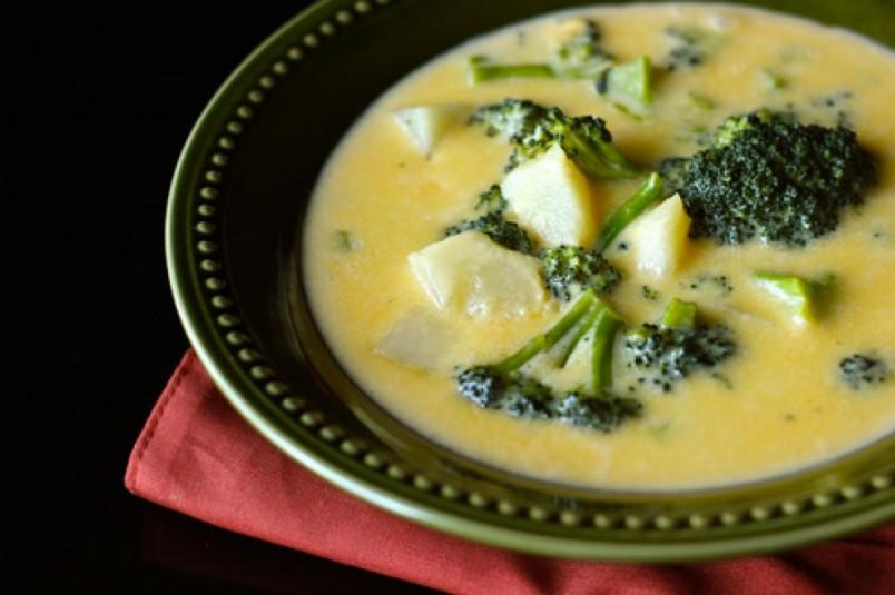 Суп с плавленным сыром и брокколи отлично подойдет для худеющих людей.