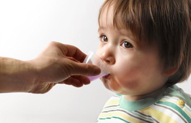 После трех лет, детям обычно прописывают от кашля сироп Амбробене.