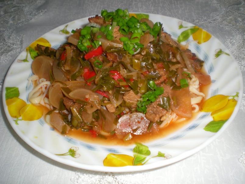 Традиционный соус для лагмана отличается своим пикантным и острым вкусом. Рекомендуется добавлять в него побольше перца и чеснока.
