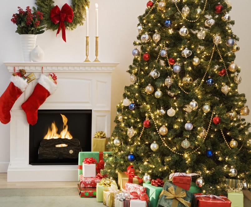 Сделайте для елки украшения своими руками, это могут быть конфеты, мандарины, игрушки из бумаги и многое другое.