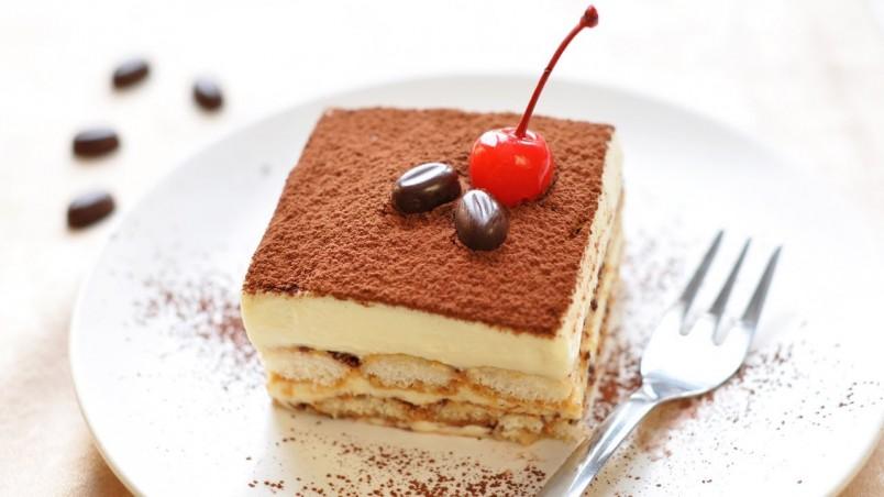 Для украшения вашего десерта вы можете использовать зерна кофе и засахаренные вишни.