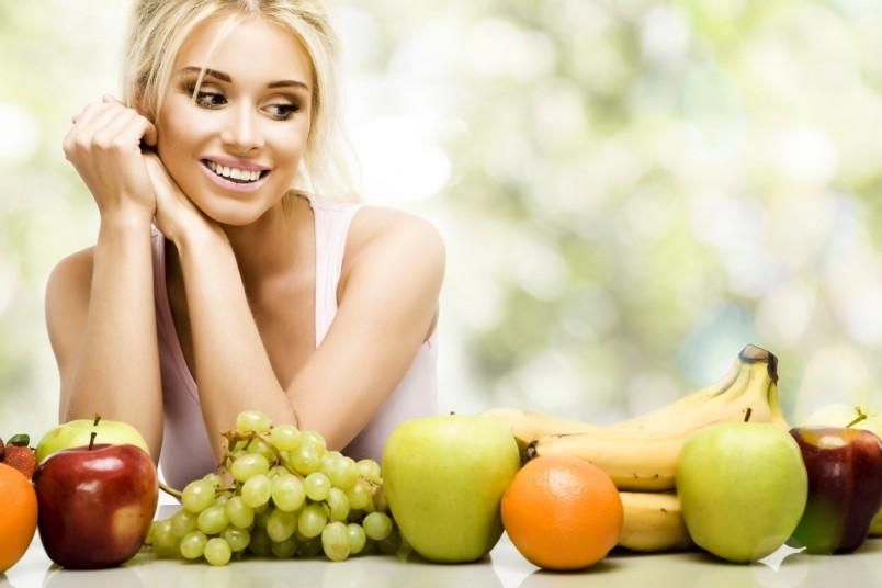 Сидя на диете не забывайте употреблять фрукты и овощи, в которых содержится большое количество витаминов. Так как одним из побочных эффектов белковой диеты является недостаток витаминов и полезных минералов.