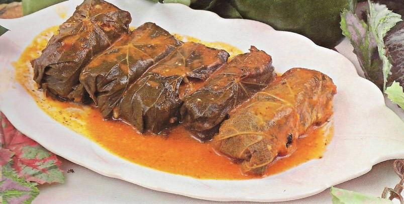 Для придания блюду более насыщенного аромата, добавьте в долму побольше чеснока.