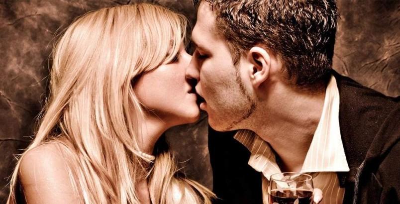 Парням рекомендуется обратиться к более взрослым девушкам, например, подруга сестры. Она научит вас как правильно целоваться и не опозориться перед любимой девушкой.
