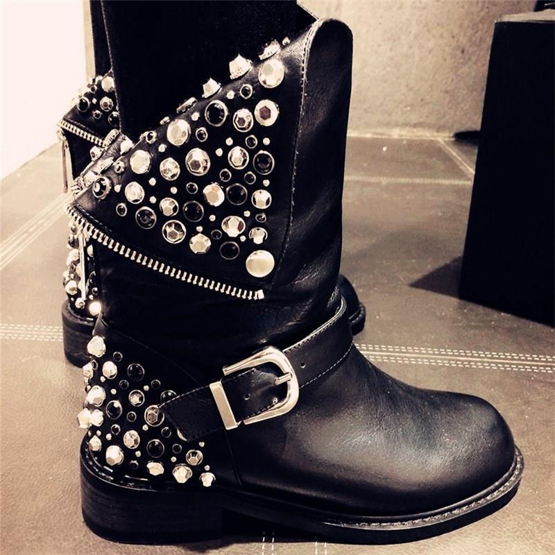 В 2016 году в моде будут заклепки на обуви, одежде и сумках.
