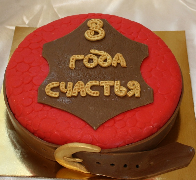 Символичный торт станет отличным поздравлением для молодой семейной пары.