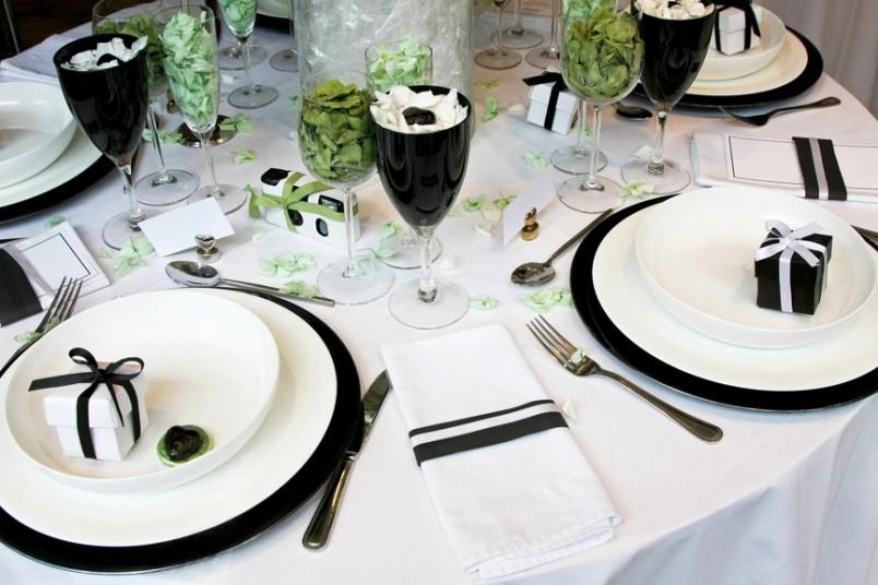 Оформление свадьбы в черно-белых тонах отлично подойдет для зимы.